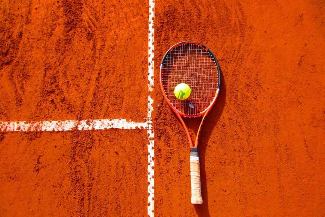 pista de tenis con raqueta y pelota
