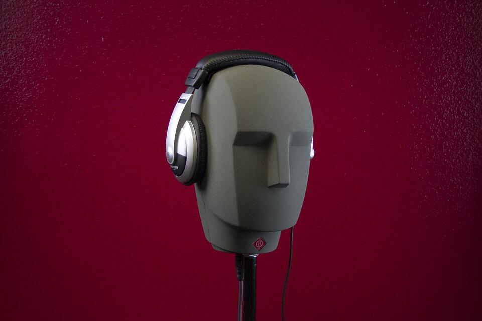 Штучна голова в навушниках