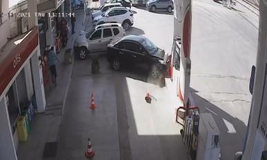 Otomobil benzin istasyonuna daldı, faciadan dönüldü