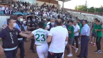 Maçın bitiş düdüğü ile saha karıştı, polis olaya müdahale etti