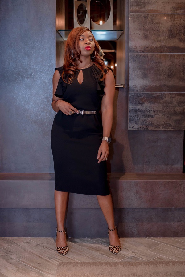 tokestakeonstyle-valentines-day-date-outfits-sleeveless-black-sheath-dress