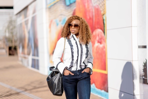 ways-to-style-a-white-classic-button-down-shirt-with-jeans