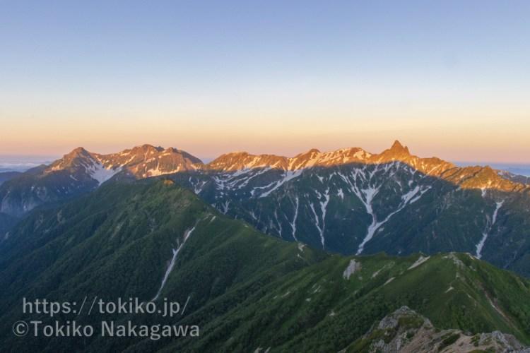 大天井岳山頂から見る槍ヶ岳・穂高連峰のモルゲンロート