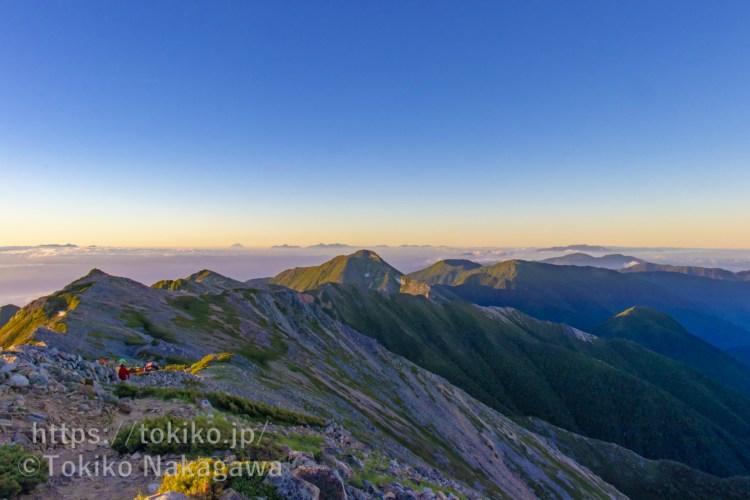 大天井岳山頂から見る早朝の常念岳・蝶ヶ岳・富士山・奥秩父