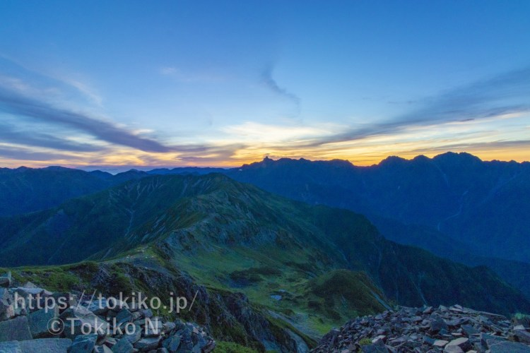 笠ヶ岳山頂からの朝焼けと槍ヶ岳・穂高連峰