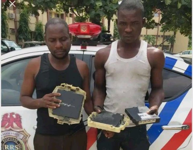 See How These Two Men Specializes In Stealing Spare Parts From Cars