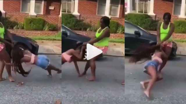 VIDEO: Two Black American Slay Queen Tear Each other Apart in Fur!ous Street F!ght Over A Man