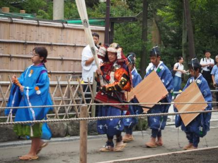 Samurais and children carrying the targets