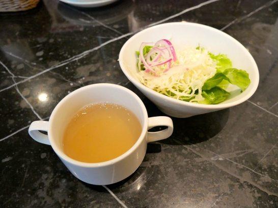 牡蠣スープとサラダ