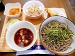 赤坂見附:夜は立ち飲み昼は蕎麦。食べるラー油のザクザク鶏そば