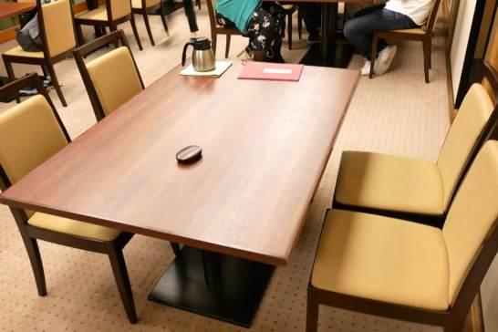 カーペットにテーブルと椅子