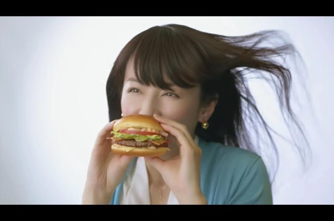 マックのグラン新CMかぶりつく女優は?マクドナルド新メニュー!平井理央がハンバーガーにほおばる姿披露
