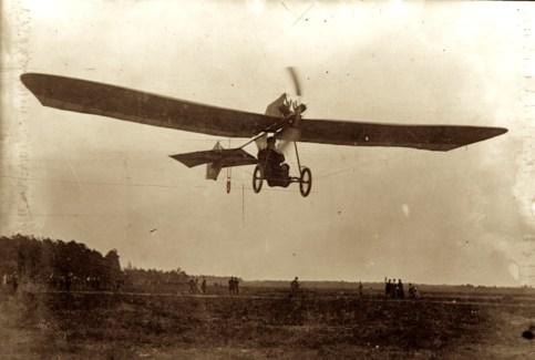 Zentralbild Hans Grade fliegt auf dem Marsfeld bei Berlin (1909) 17203-09