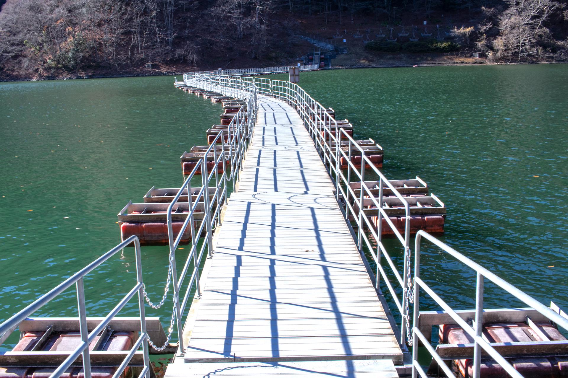 奥多摩湖・麦山の浮橋(ドラム缶橋)