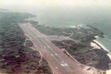 開港まもない頃の与論空港です。(昭和51年)