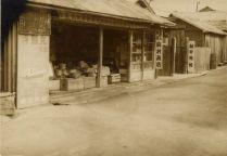 海岸近く銀座通りに曲がるT字路前有村商店の辺り。 (昭和34年)