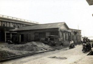 役場正面玄関脇にありました。沖縄が復帰する昭和47年までは、 国境の島として国のCIQ施設(税関・入管・検疫)が設置されていました。