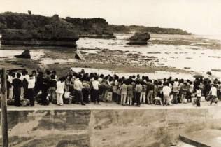 潮が引きすぎてリーフが露出しています。艀(はしけ)も接岸できないのかもしれません。昭和50年代初め頃の光景でしょう