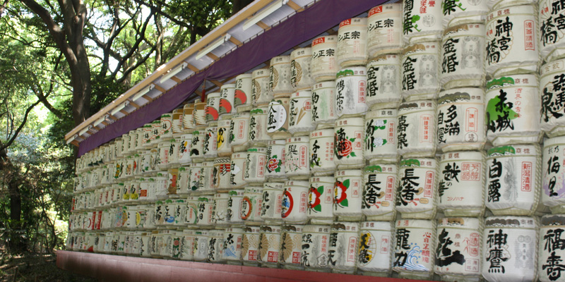 Meiji shrine park met sake muur