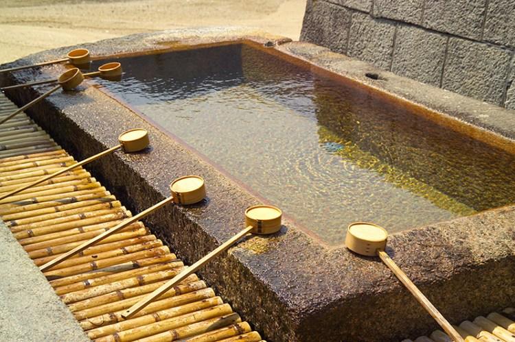 Очистительный бассейн рядом с синтоистским храмом.