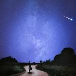 夜空を横切る流星