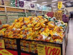 ジョホールバルのスーパーは商品が山積み!