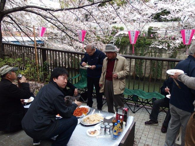 Na beira de um rio que corta o bairro de Meguro, as pessoas montam mesinhas e levam a comida para passar o dia à sombra das pétalas...