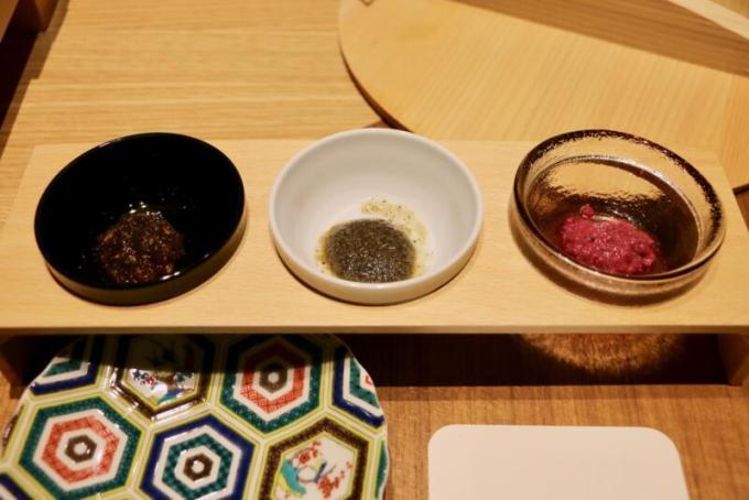塩昆布と醤油の酵素ダレ、竹炭と黒ごまの酵素ダレ、赤キャベツとブルーベリーの酵素ドレッシング