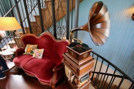 ムーミン屋敷の2階のソファと蓄音機