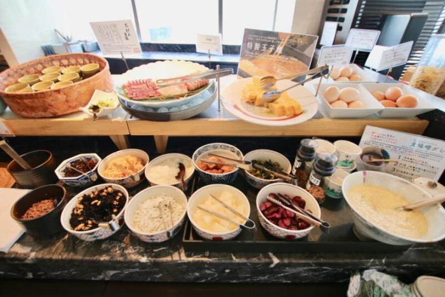 ホテル龍名館東京 定番の卵焼きや新鮮なお刺身。お惣菜もかなり充実しています。