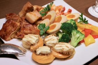 帆立貝、海老、タンドリー チキン、バーベキューポーク、煮卵のブロシェット