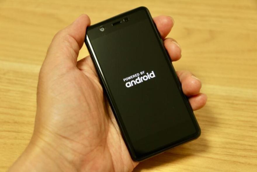 手のひらにすっぽり入ってしまうほど、本当にミニサイズの「Rakuten Mini」。モバイルFeliCa搭載のスマートフォンでは世界最小、最軽量(79g)