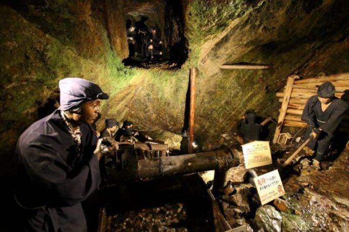 地下水を汲み上げる樋引人足