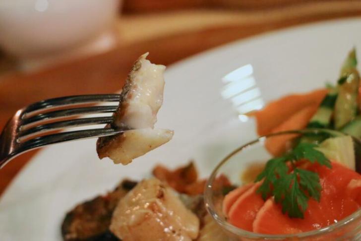 白身魚のソテーはコク深いバターでしっかりした味付け