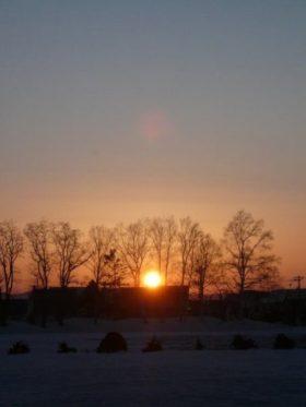 雪が残る北海道の夕日