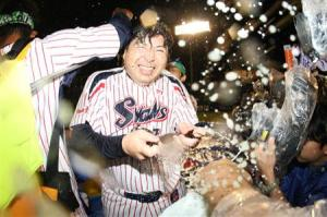 First-year manager, Manaka, gets some beer shampoo.
