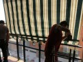 Detalle de la instalación de los anclajes en un toldo de Detalle de la instalación de los anclajes en un toldo de