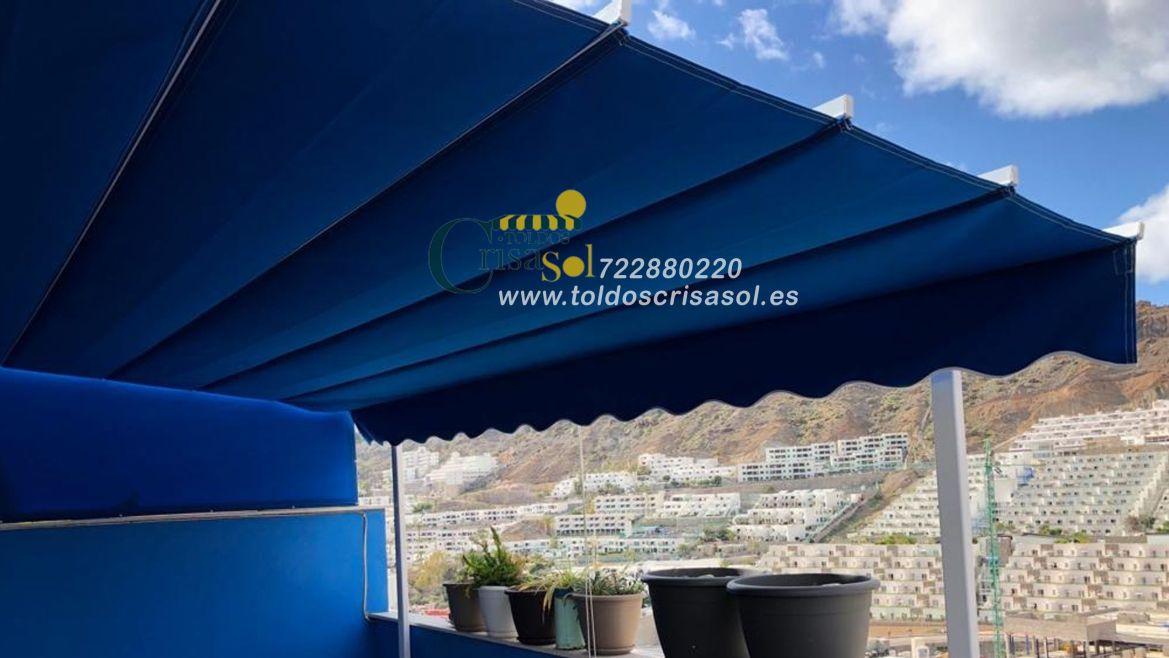 Toldo para terraza diseñado en azul