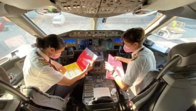 Photo of Katar Havayolları'nın tümü kadın uçuş ekibi havada farkındalık için kurdela çizdi