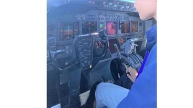 Photo of Oğlunu uçuşta pilot koltuğuna oturttu