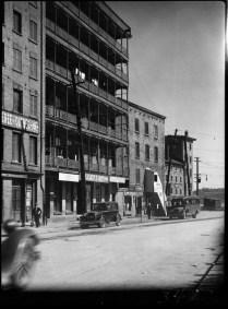 Place Marché Champlain - Champlain Market, Quebec City, P.Q. 1932 Clifford M. Johnston / Bibliothèque et Archives Canada / PA-056557 On voit l'extérieur de la boucherie de N.-P Pouliot & M. Roy au numéro 30.