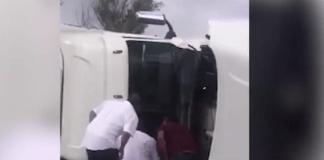 ciudadanos rescatan a chofer de tráiler
