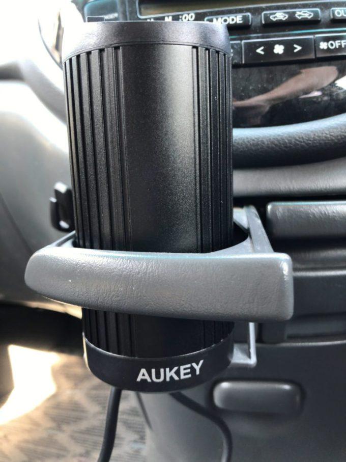 AUKEYカーインバーターをドリンクホルダーへ設置