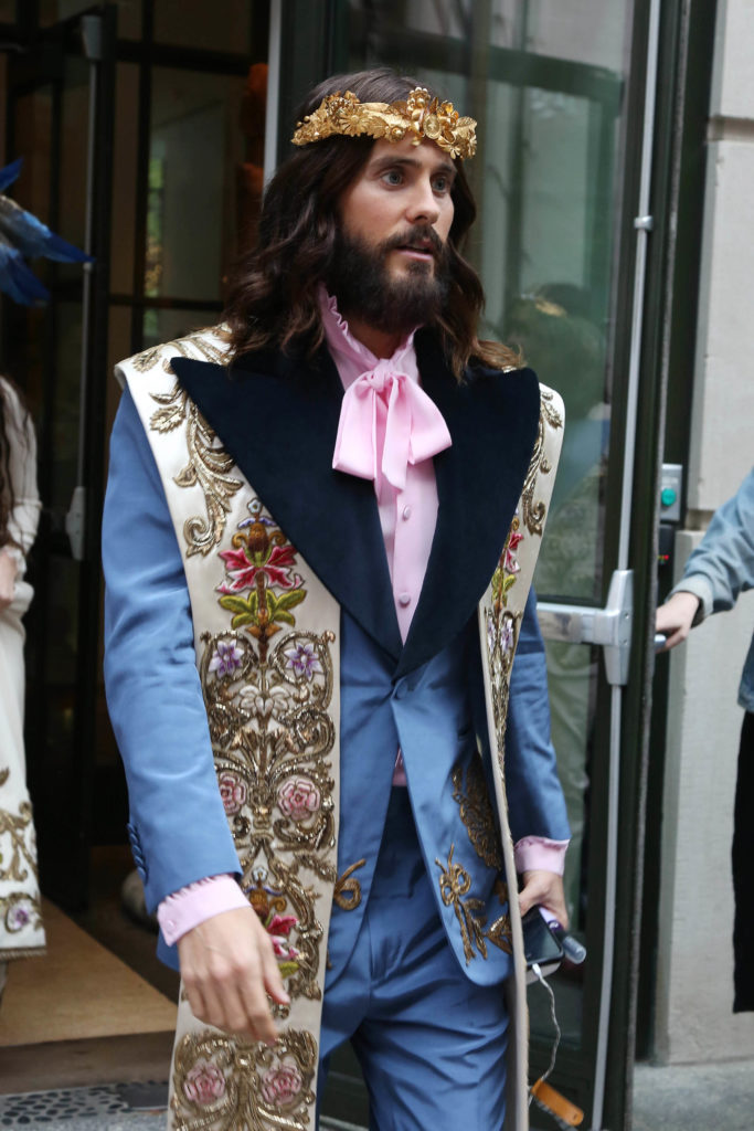 Met Gala 2018 Jared Leto Runs To The Corner For A Pack Of