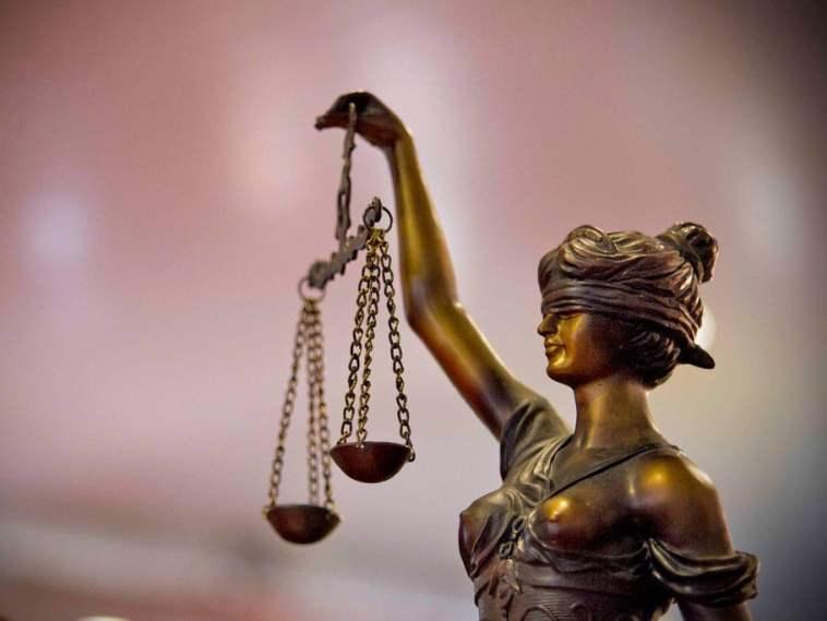 mulher justiça cega