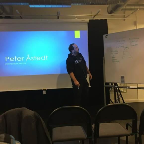 Peter Åstedt från musichelp håller föredrag på Brygghuset i Borås