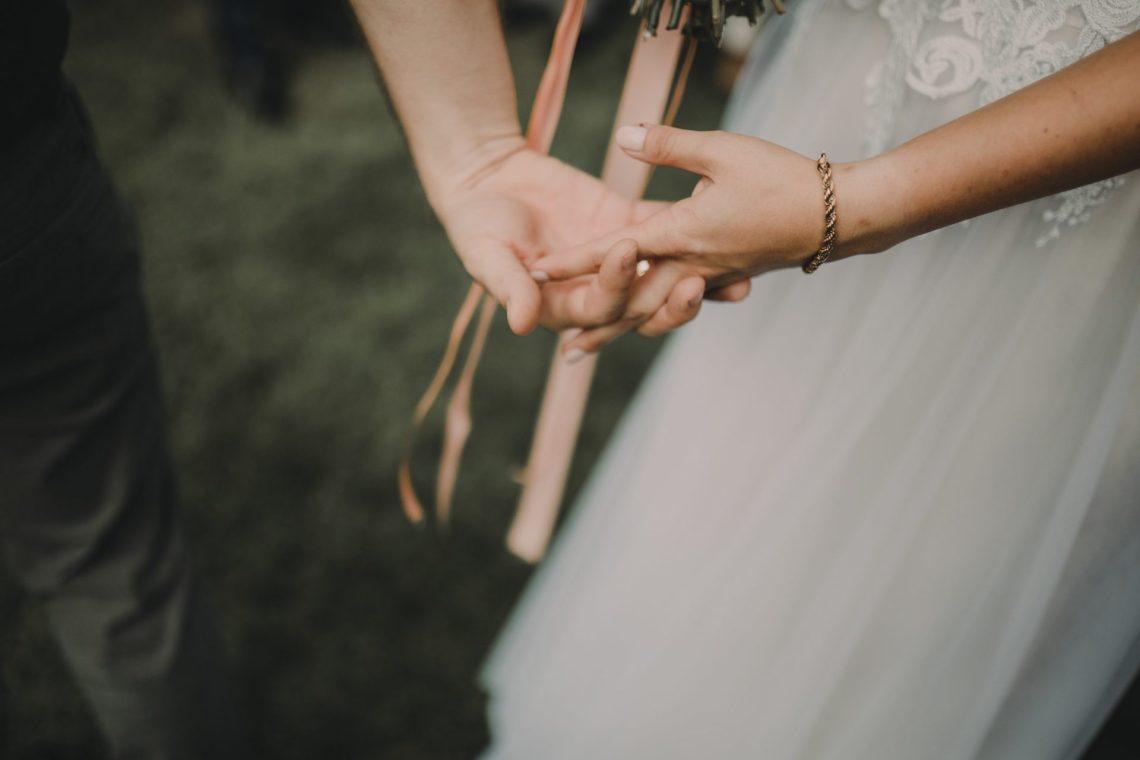 ranczo w dolinie ręce państwo młodzi ślub w plenerze
