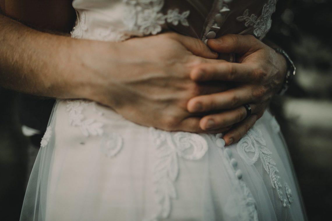 ranczo w dolinie sesja ślubna plenerowa dłonie