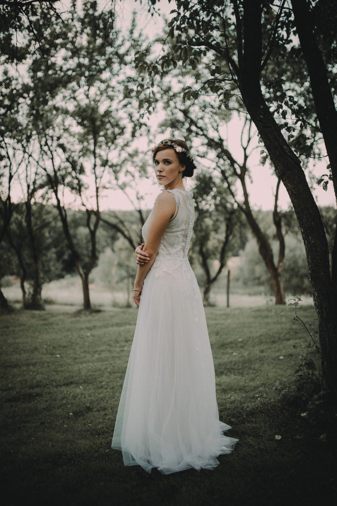 ranczo w dolinie sesja plenerowa portret pani młodej w sadzie