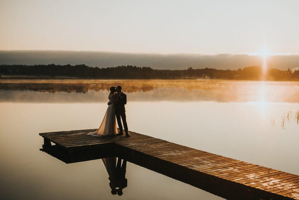 wianek liście jezioro orle pani młoda  pan młody fotograf ślubny poznań podlasie